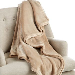 NWT CHARTER CLY COZY PLUSH THROW.